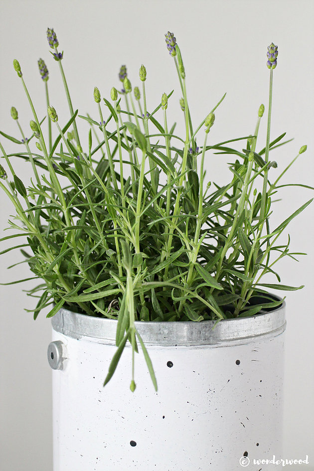 DIY white and black speckled pot (via www.wonderwood.no)
