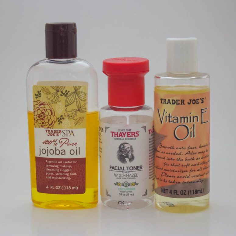 DIY non-toxic eye makeup remover with jojoba oil and Vitamin E (via fullgreenlife.com)