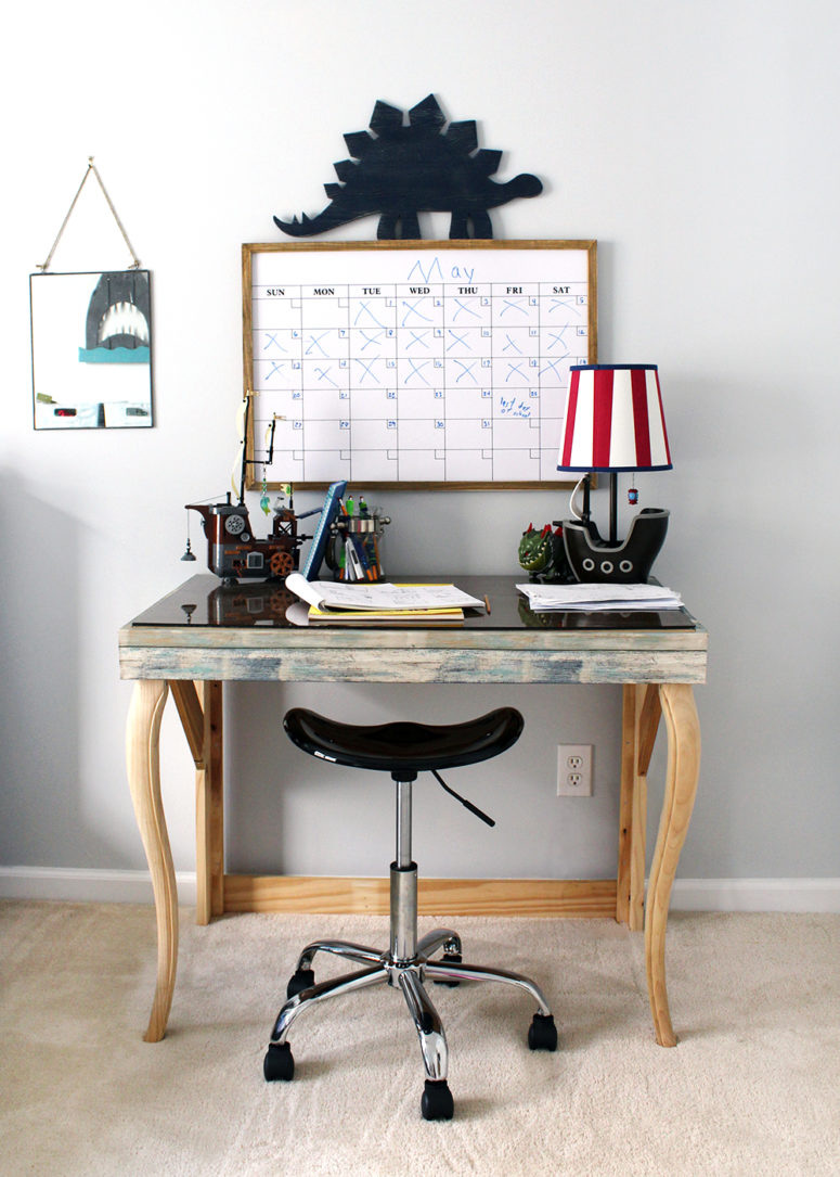 DIY desk improvement with shabby-inspired wallpaper in blue (via www.tagandtibby.com)