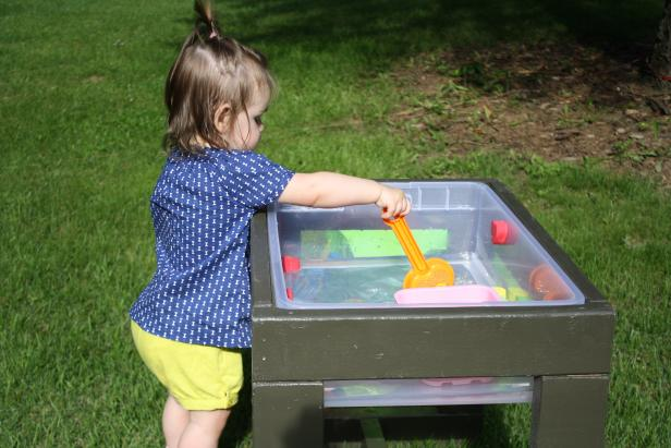 DIY comfortable water table for toddlers (via www.diynetwork.com)