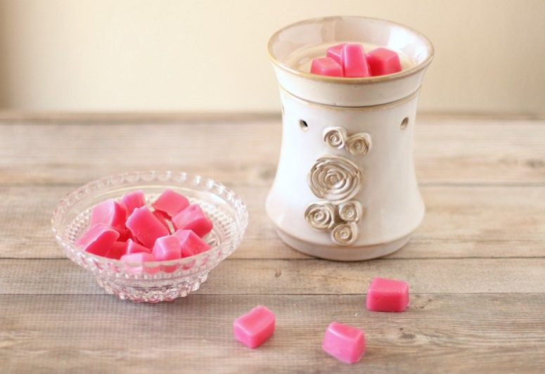 DIY bright pink grapefruit wax melts (via lwvogue.com)