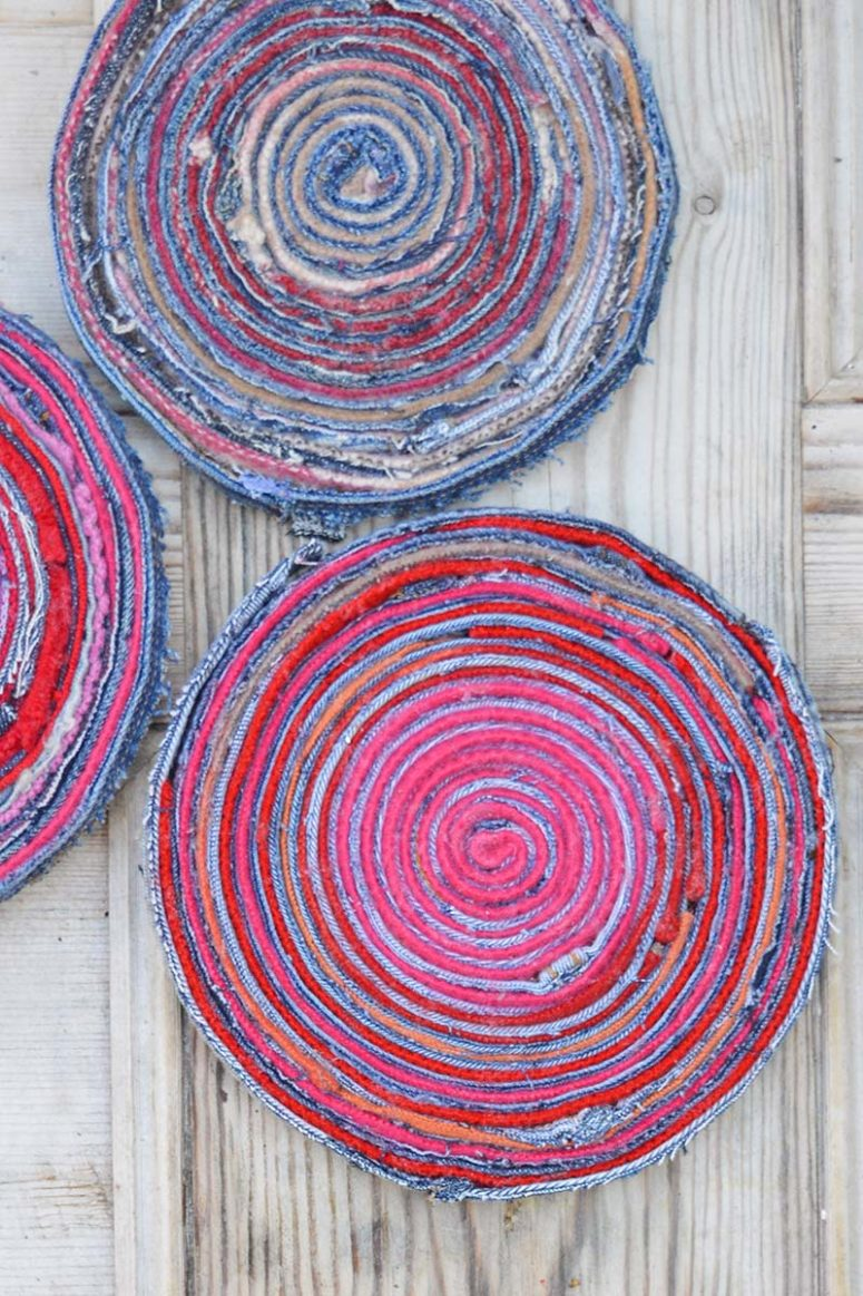 DIY colorful denim and wool placemat (via www.pillarboxblue.com)