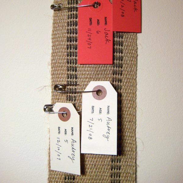 DIY fabric growth chart with pins (via www.bumpsmitten.com)