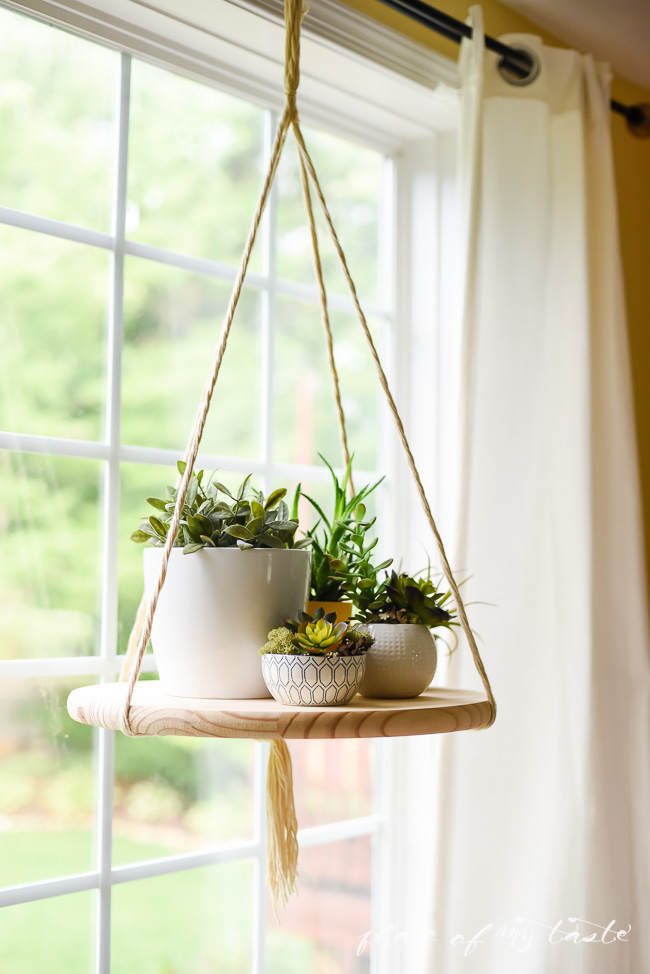 DIY hanging shelf of a wooden board and rope (via www.shelterness.com)