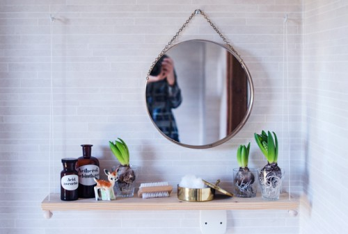 DIY small hanging bathroom shelf (via www.shelterness.com)