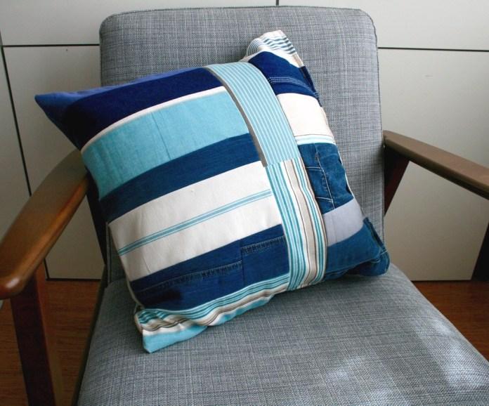 DIY upcycled denim pillow cover (via luzpatterns.com)