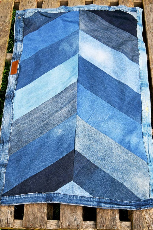 DIY denim chevron rug of old jeans (via www.pillarboxblue.com)