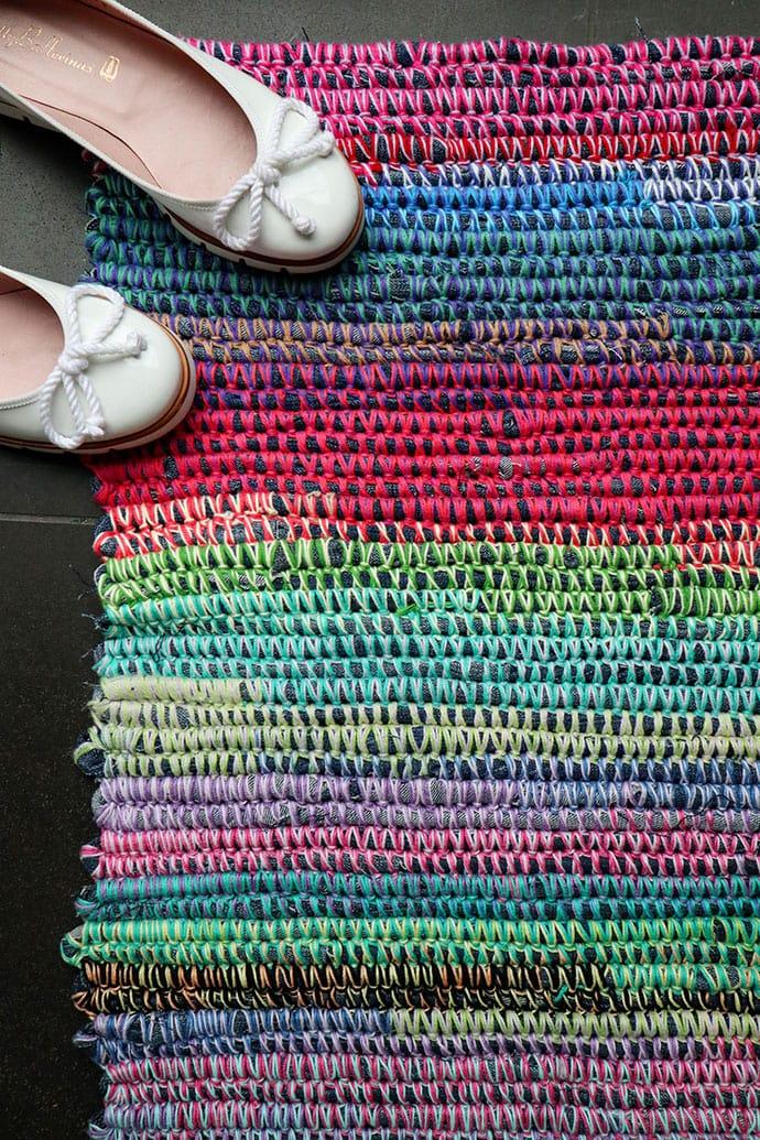 DIY bright upcycled denim rag rug  (via mypoppet.com.au)