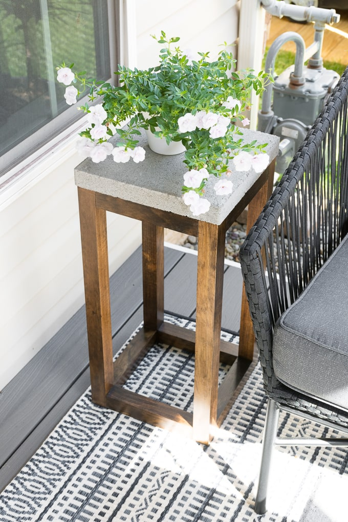 DIY concrete paver outdoor end table (via www.bybrittanygoldwyn.com)