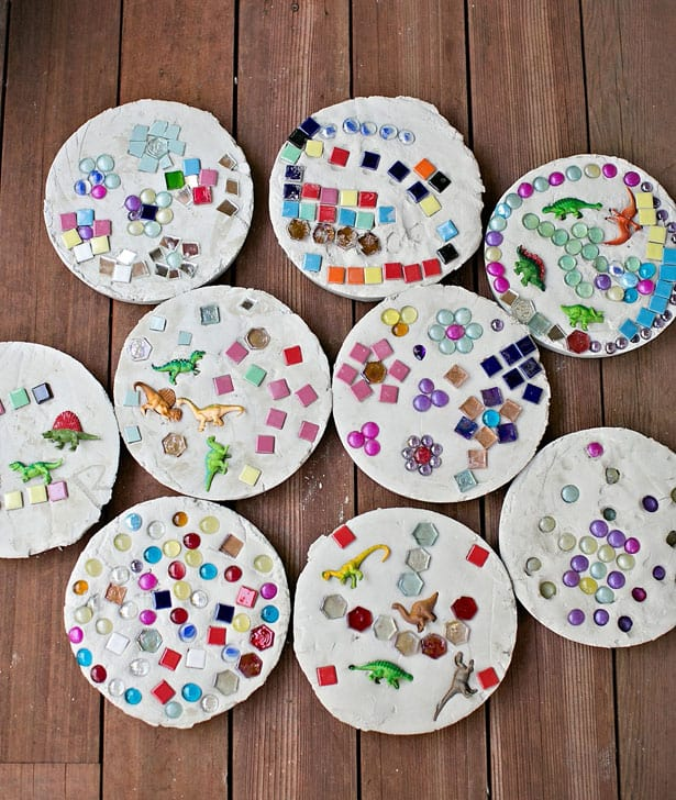 DIY colorful mosaic stepping stones with dinosaurs (via www.hellowonderful.co)