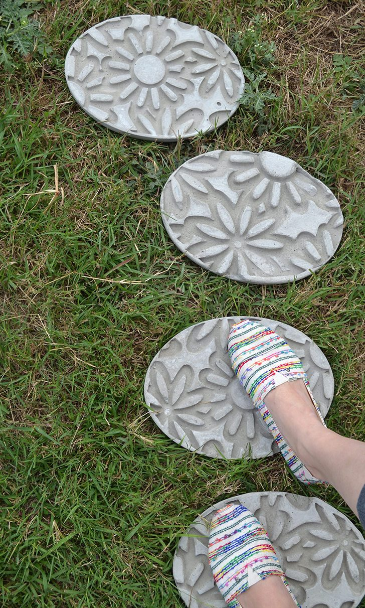 DIY imprint floral stepping stones of concrete (via www.dreamalittlebigger.com)