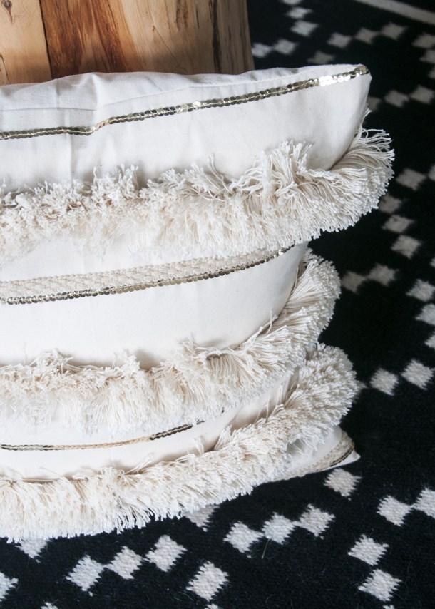 fabulous DIY Moroccan wedding blanket pillow (via www.earnesthomeco.com)
