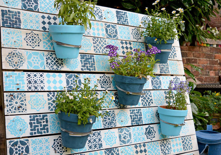 DIY painted wood pallet garden with a Moroccan pattern (via www.pillarboxblue.com)