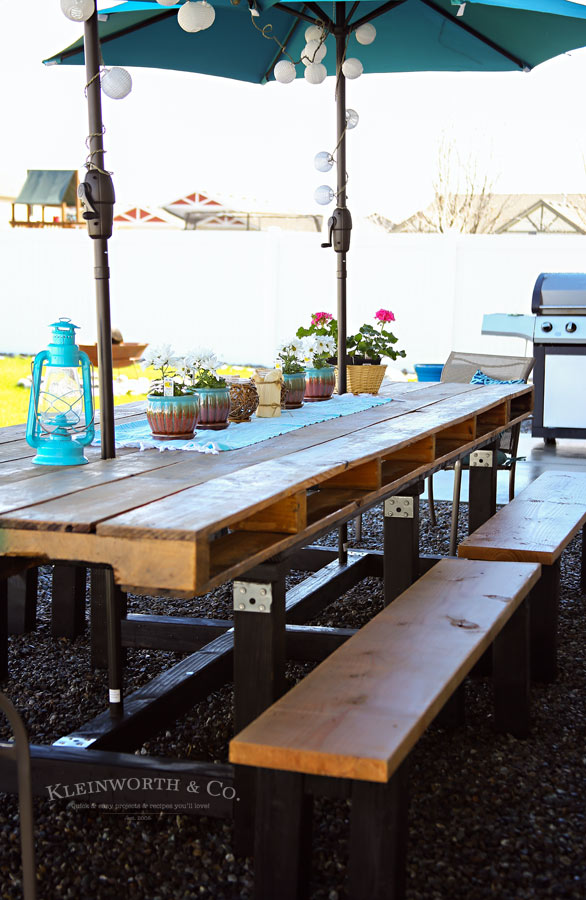 DIY large pallet outdoor dining table  (via www.kleinworthco.com)