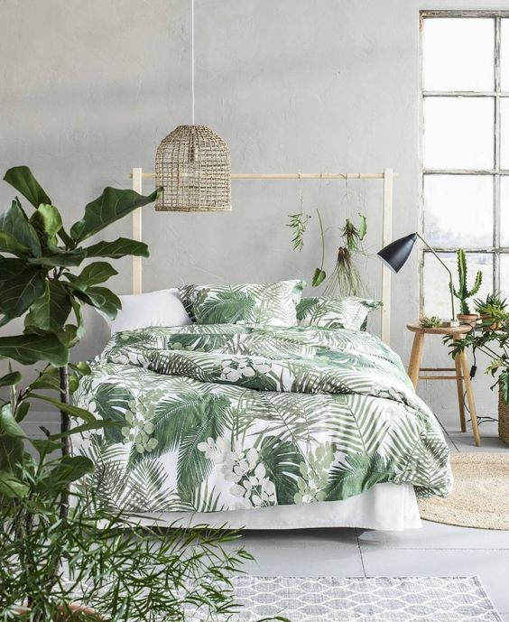 a chic tropical bedding set helps to create a mood in this boho bedroom and makes you feel like in jungle