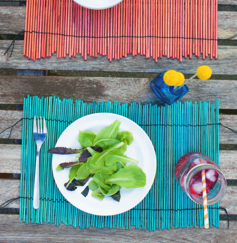 DIY dyed bamboo placemats for a tropical feel (via www.thehomesteady.com)