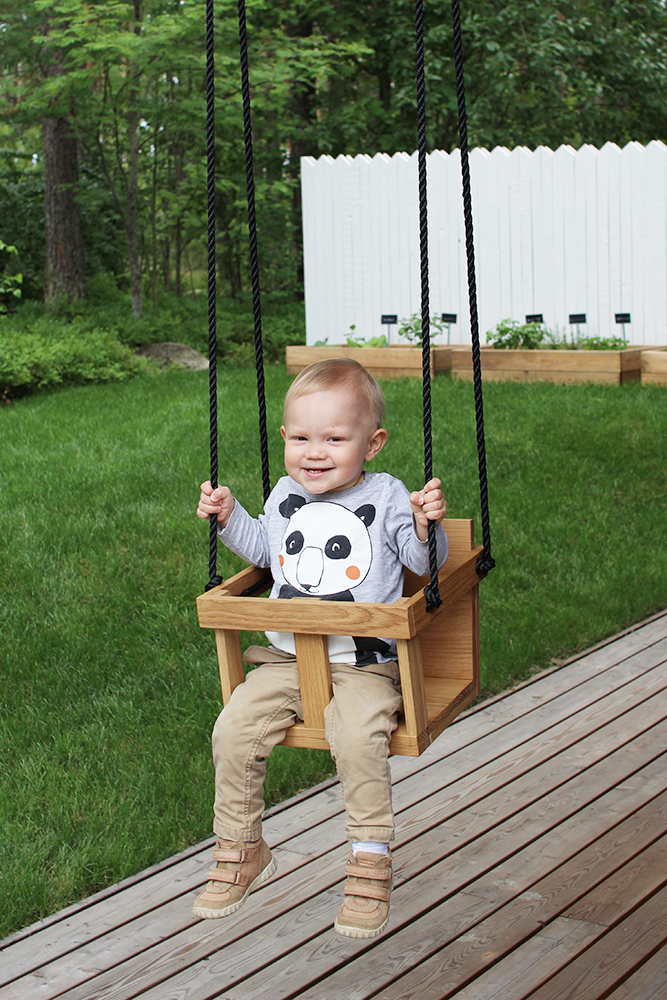 DIY minimalist swing of plywood for toddlers (via designwash.net)