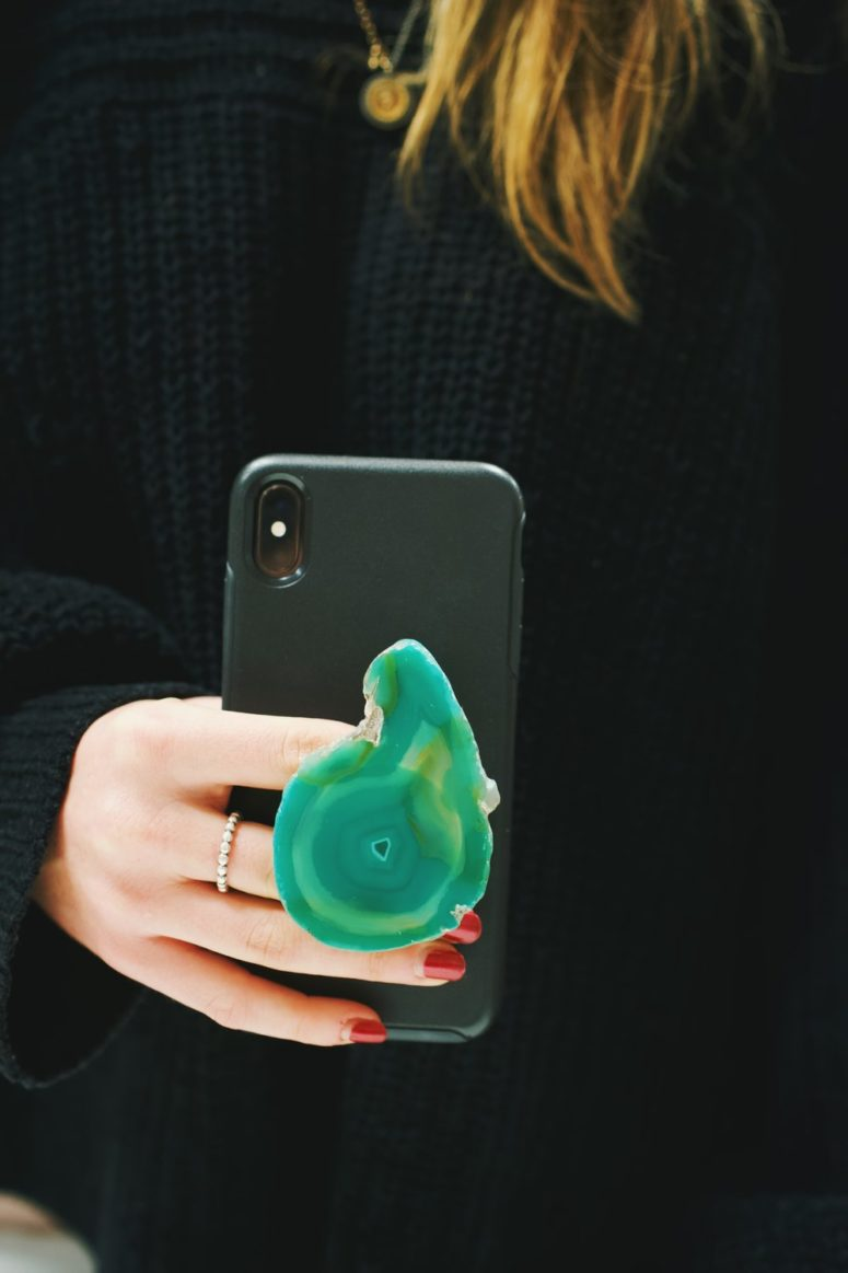 DIY edgy agate slice pop socket (via blog.shopamericanthreads.com)