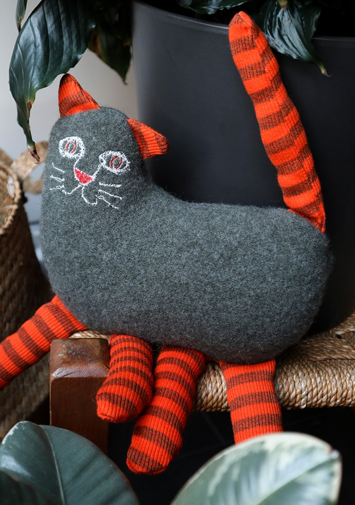 DIY cat plushie or pillow with embroidery (via mypoppet.com.au)
