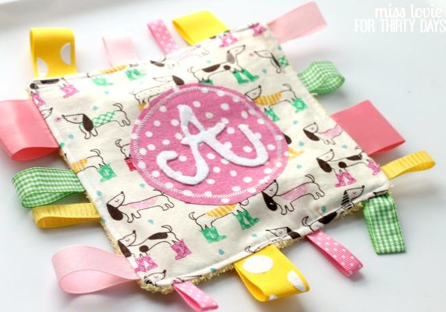 DIY monogram crinkle taggie baby toy (via www.thirtyhandmadedays.com)