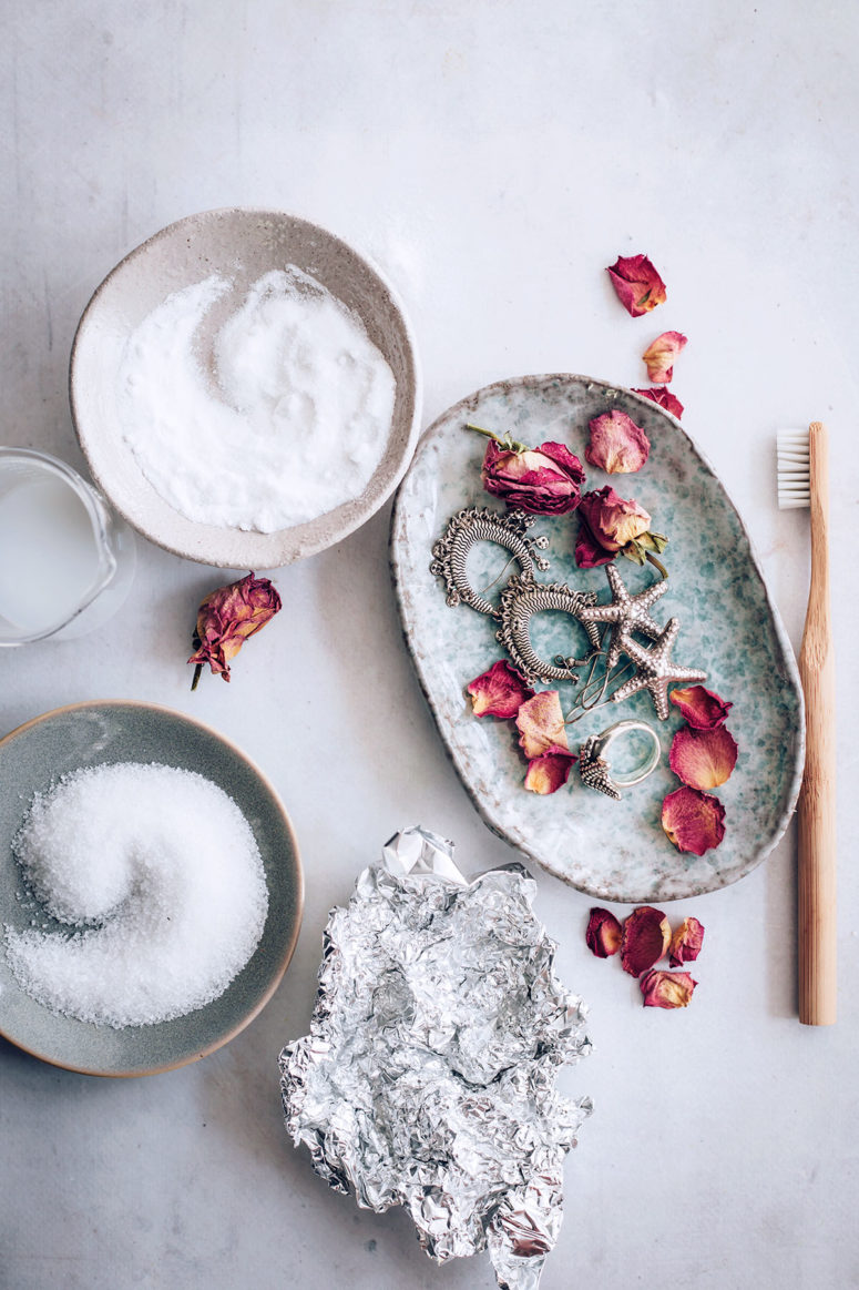 DIY jewelry cleaner with baking soda and dish detergent (via hellonest.co)