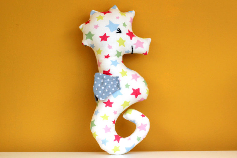 DIY colorful star print seahorse baby rattle (via blog.hobbycraft.co.uk)