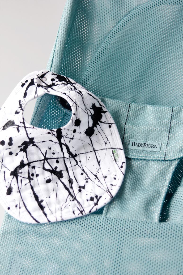 DIY trendy monochromatic splatter baby bibs (via seekatesew.com)