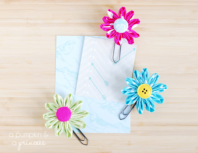 DIY colorful daisy paper clips (via apumpkinandaprincess.com)