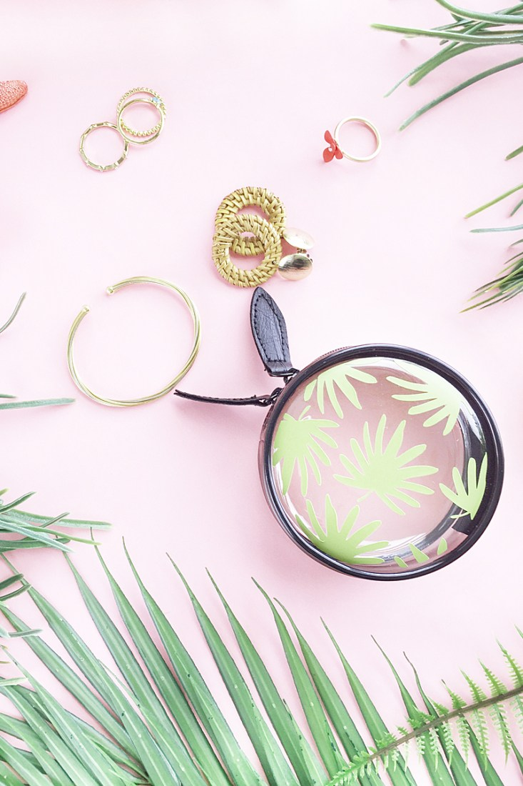 DIY round leaf patterned travel bag of vinyl (via maritzalisa.com)