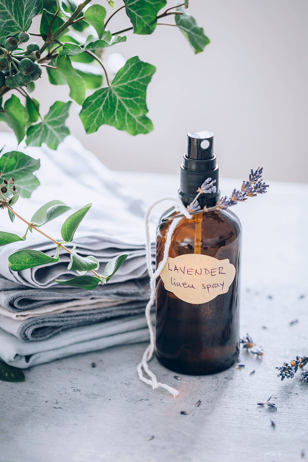 DIY easy and fast lavender spray for linen and pillows