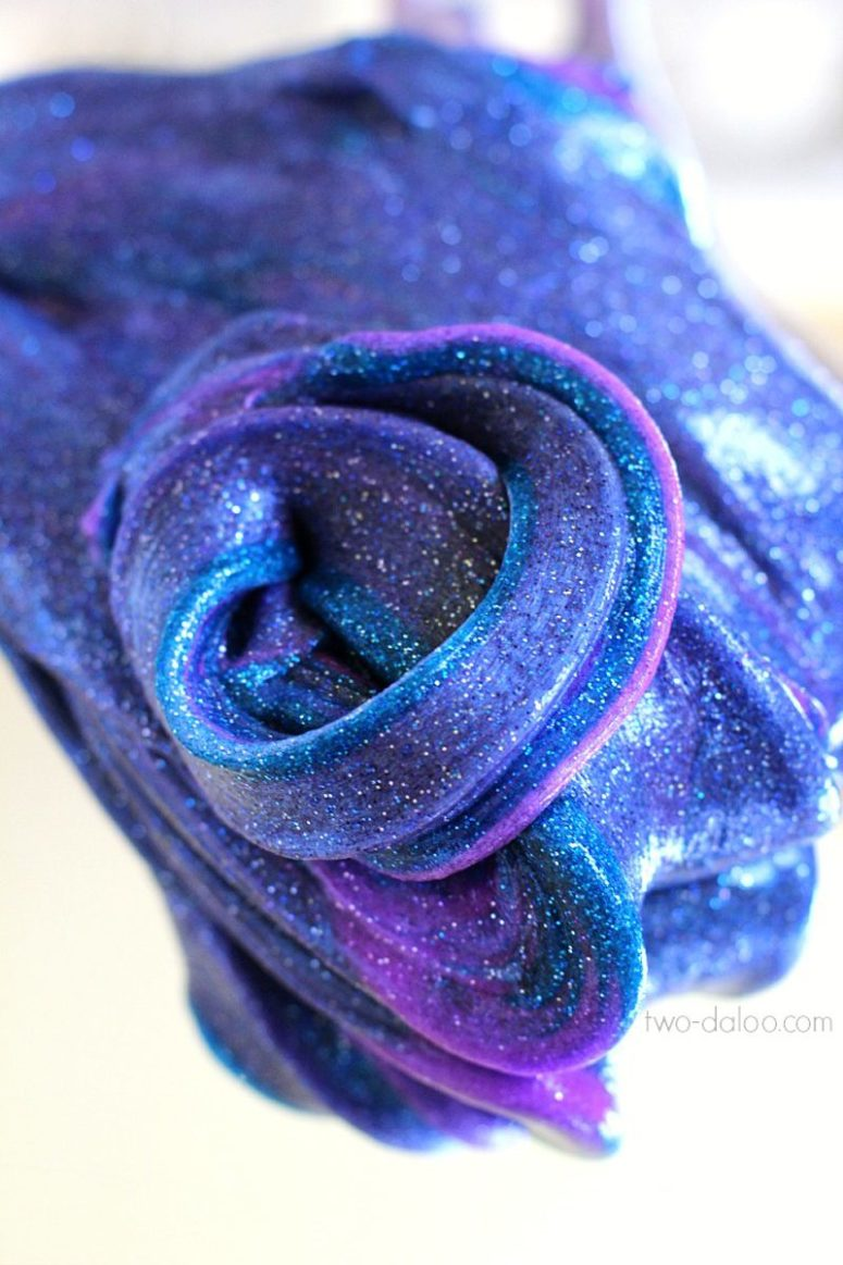 DIY bright galaxy slime with glitter (via www.handimania.com)