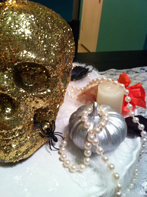 a skull fully covered with gold glitter is a glam and nice decoration for Halloween, it always looks bold