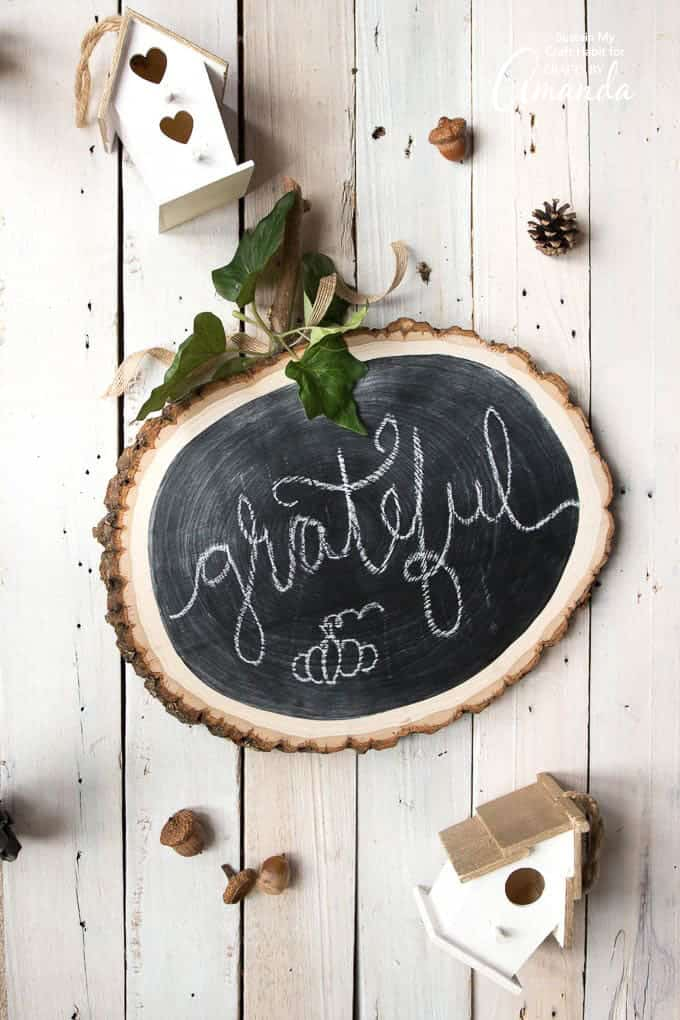 DIY chalkboard wood slice Thanksgiving pumpkin (via craftsbyamanda.com)
