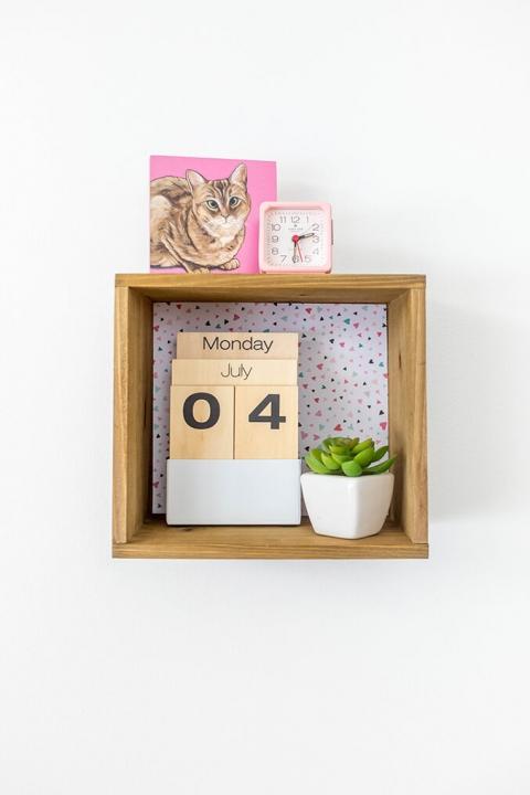 DIY wood box wall shelf with colorful backing (via www.dreamgreendiy.com)