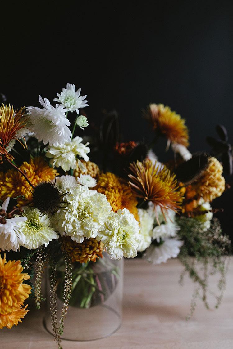 DIY golden hued and white Thanksgiving floral centerpiece (via jojotastic.com)