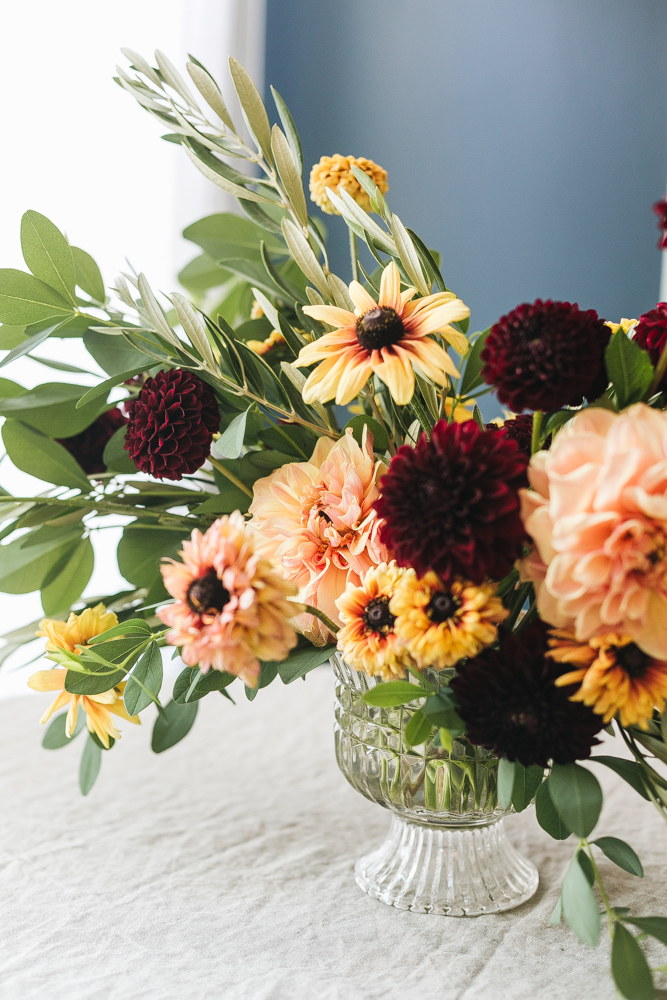 DIY peachy and deep burgundy floral centerpiece for Thanksgiving (via jojotastic.com)