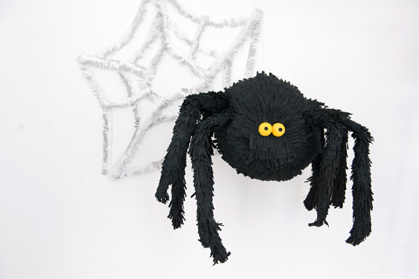 DIY funny black spider pinata for Halloween parties (via ohhappyday.com)