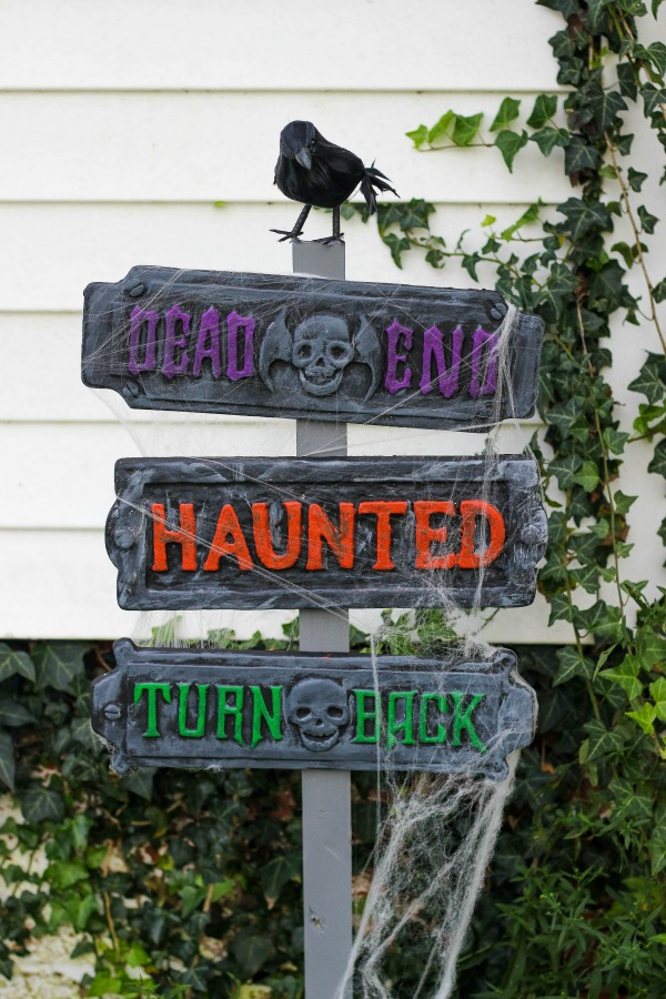 DIY haunted Halloween signs for outdoors (via www.purelykatie.com)