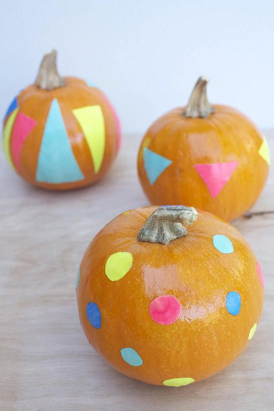 DIY Halloween pumpkins with neon stickers (via www.hellolidy.com)