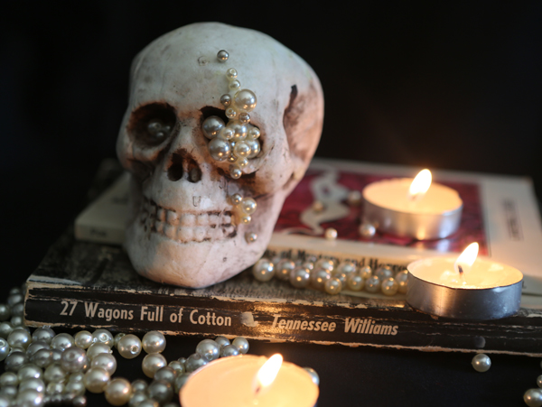 DIY mini skull with pearls for glam Halloween decor (via littlelucktree.blogspot.com)