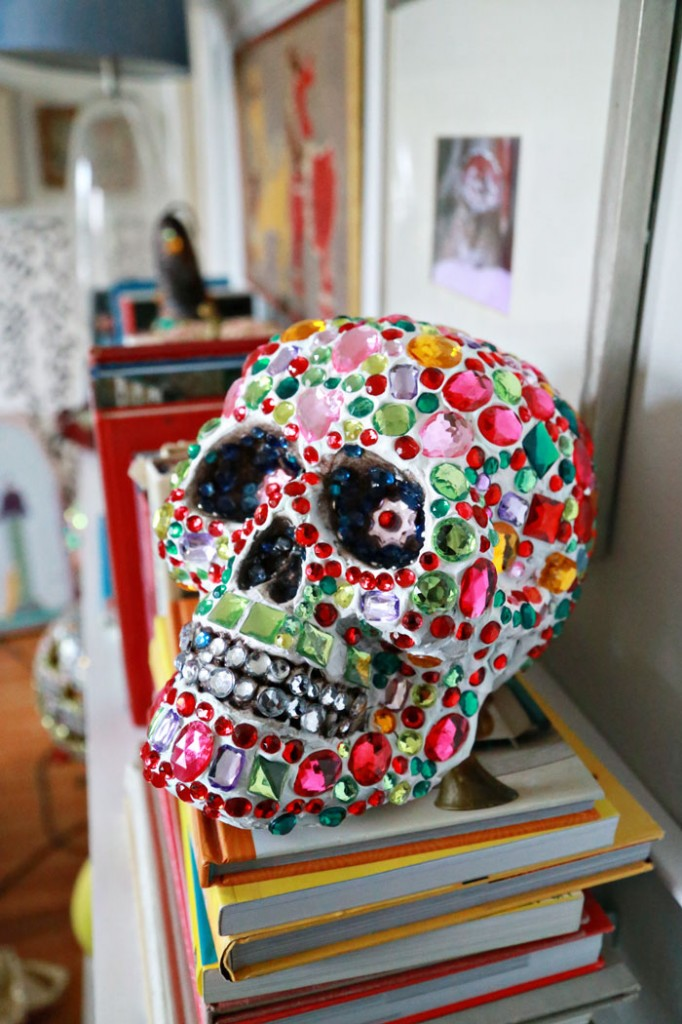 DIY super colorful and sparkling skull for Halloween (via www.auntpeaches.com)
