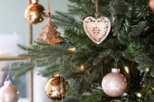 10 copper and rose gold Christmas ornaments of various shapes will give your tree a refined and super cute look