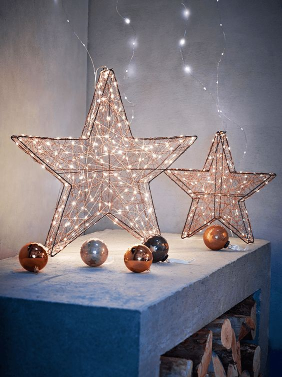 lit up copper stars and ornaments are perfect to make your Christmas decor warming up and very bright