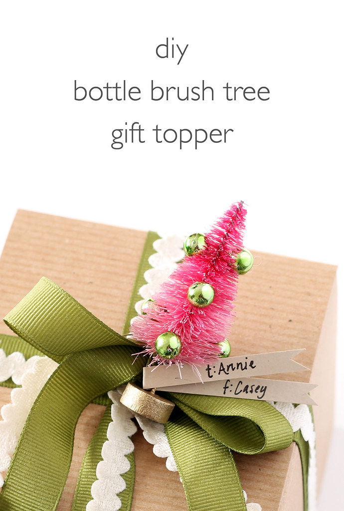 DIY bottle brush Christmas gift topper (via www.vitaminihandmade.com)