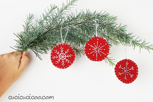 DIY red and white snowflake felt ornaments (via www.cucicucicoo.com)