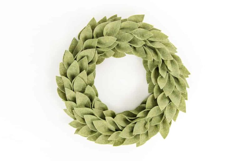 DIY beautiful felt greenery wreath for Christmas (via www.keystoinspiration.com)