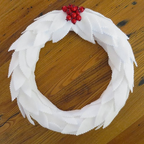 DIY white felt leaf Christmas wreath with bright red touches (via www.justcraftyenough.com)