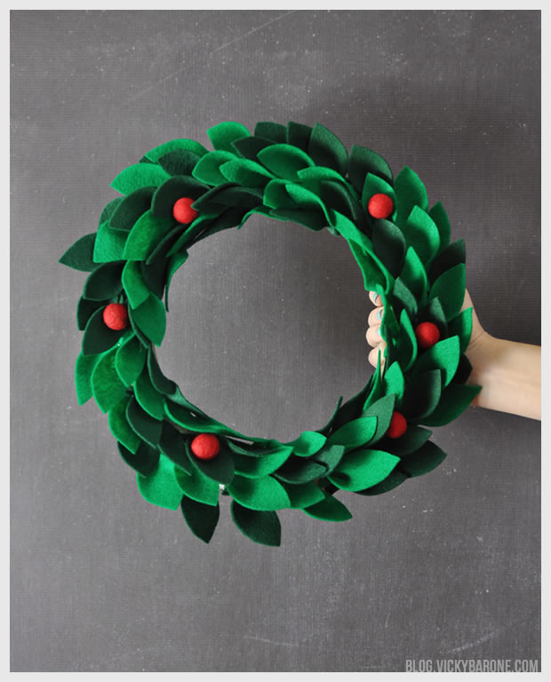 DIY red and green Christmas felt wreath  (via blog.vickybarone.com)