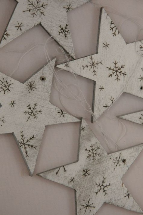 rustic Christmas ornaments - stars with wood burnt snowflakes can be DIYed for your whole space