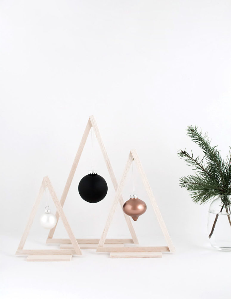 DIY mini wood Christmas trees with ornaments (via www.homeyohmy.com)